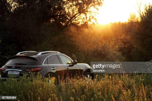carro em um fundo por do sol. - nissan - fotografias e filmes do acervo