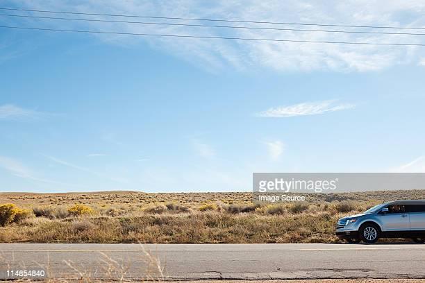 Coche en carretera del desierto
