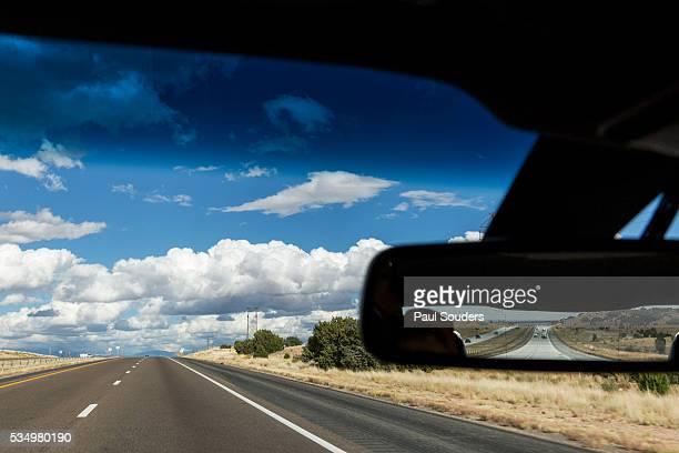 car on interstate highway, albuquerque, new mexico - nouveau mexique photos et images de collection
