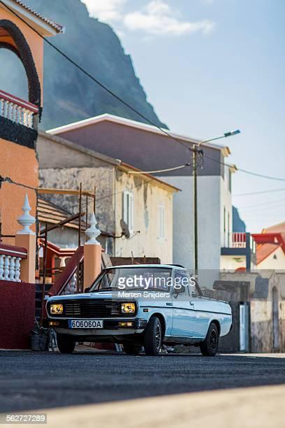 car on oceanroad before houses - merten snijders - fotografias e filmes do acervo