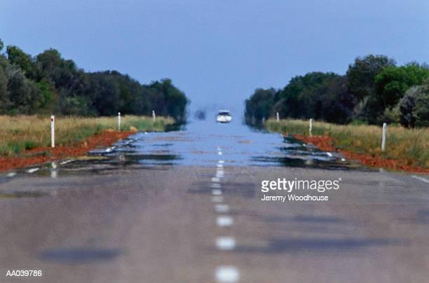 car on stuart highway and heat haze, australia - bruma de calor fotografías e imágenes de stock