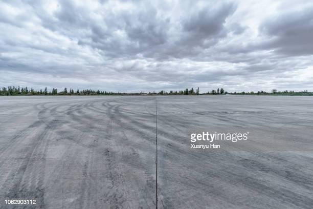 car park - stimmungsvoller himmel stock-fotos und bilder