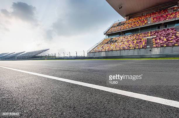 car racing - empty bleachers stockfoto's en -beelden