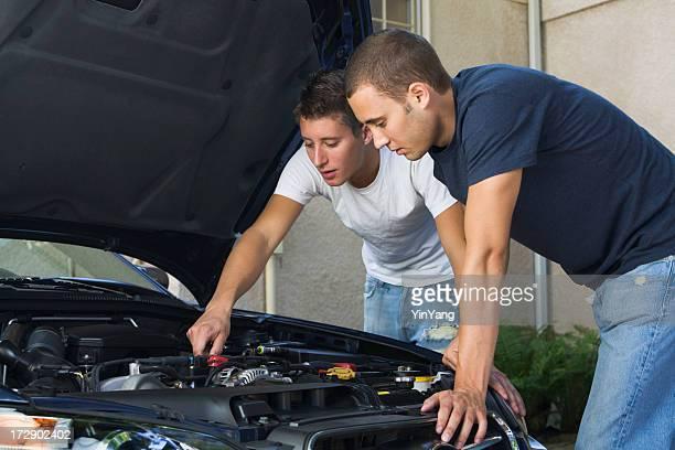 Auto-motor-Reparatur und Wartung, die untersuchen unter der Kapuze für Herren