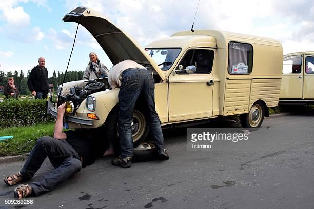 Réparation de voitures dans la rue