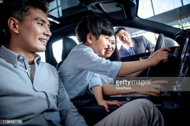 car sales staff and customers - prueba de rodaje fotografías e imágenes de stock