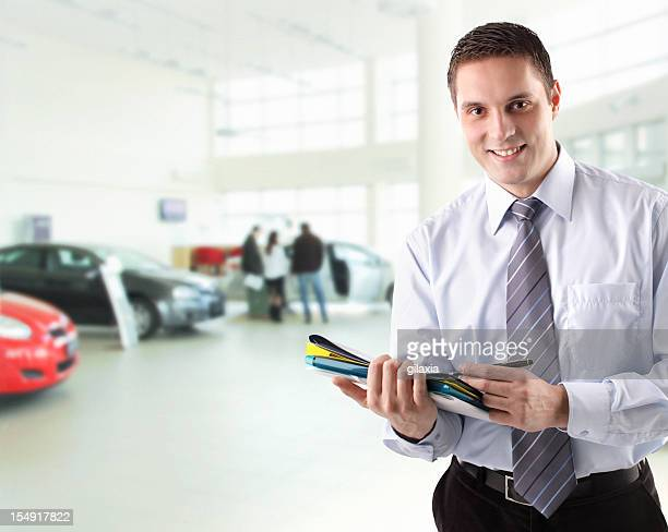 車のセールスマンとして働く。