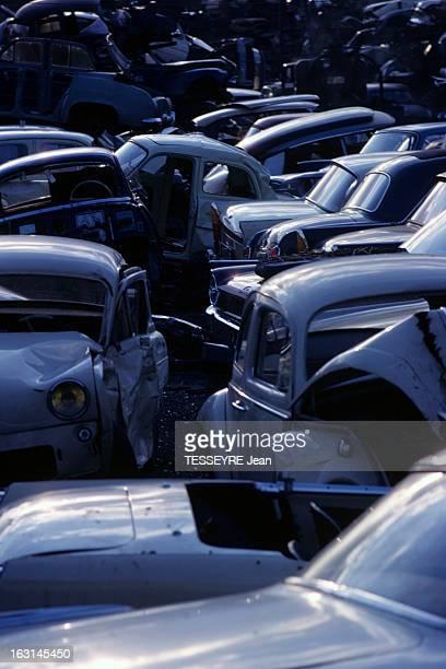 A Car Scrap Yard En France dans une casse de voitures des carcasses de voitures de marques françaises Renault Panhard Peugeot enchevêtrées