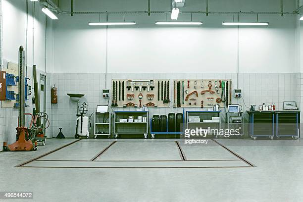car service repair shop interior - werkplaats stockfoto's en -beelden