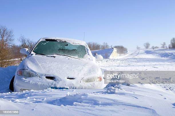 auto stuck im schnee an der interstate highway - crash photos stock-fotos und bilder