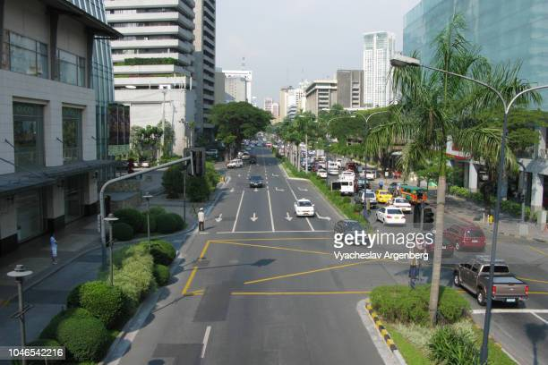 car traffic in central manila, life on the streets of makati, philippines - argenberg stock-fotos und bilder