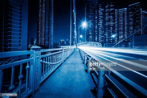car trails on bridge - ciudad de wuhan fotografías e imágenes de stock
