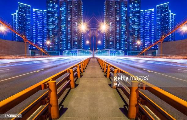 car trails on bridge - wuhan photos et images de collection