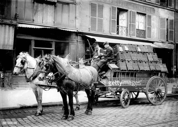 Car transporting some beer at the beginning of XXth century
