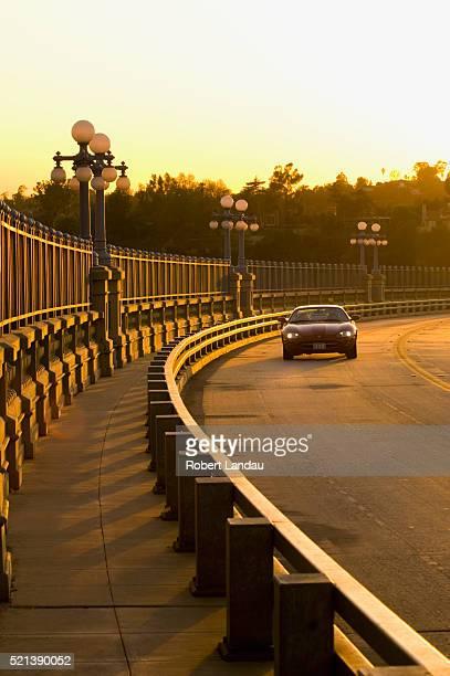car traversing historic colorado street bridge, pasadena ca - pasadena california fotografías e imágenes de stock