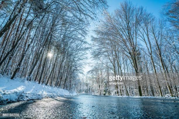 Auto reis - ijzige landweg op koude zonnige winterdag