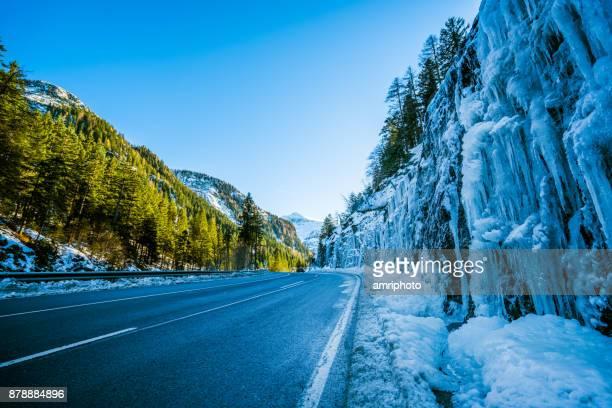 viagem de carro - pingentes de muitos ao longo da estrada nas montanhas em dia de inverno - novembro azul - fotografias e filmes do acervo