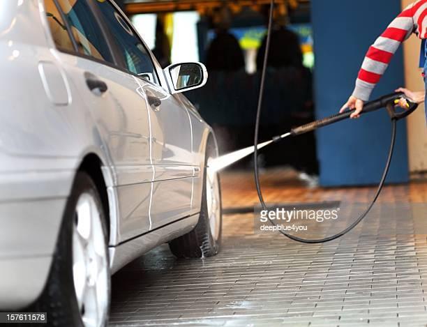 Lavage de voiture-homme avec jet d'eau haute pression