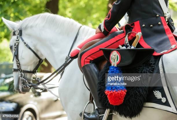 carabiniere in piazza di siena - carabinieri foto e immagini stock