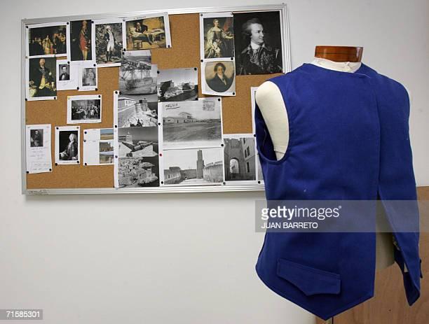ACOMPANA NOTA Una pieza de un traje de la epoca colonial es expuesto junto a una cartelera con imagenes de epoca en el centro de vestuario de La...
