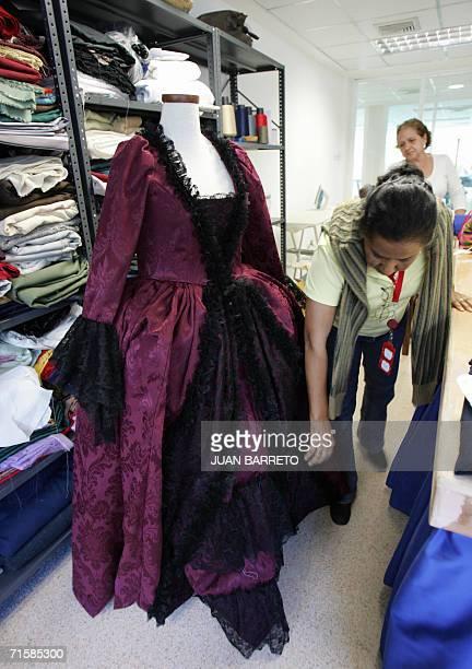 ACOMPANA NOTA Una trabajadora acomoda uno de los trajes de la epoca colonial que son expuestos en el centro de vestuario de La Villa del Cine en...