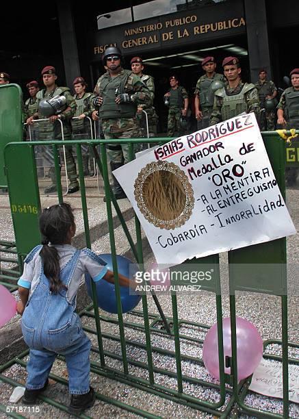 Efectivos de la militarizada Guardia Nacional custodian la sede de la Fiscalia luego de una marcha de la oposicion al presidente de Venezuela Hugo...