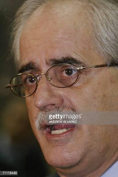 El canciller argentino Jorge Taiana conversa con periodistas a su llegada a Caracas el 03 de junio de 2006 Taiana realiza una breve visita de trabajo...