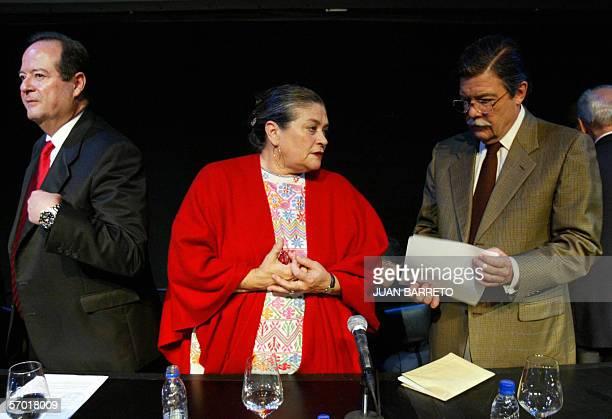 El presidente de la televisora privada RCTV Marcel Graniel conversa con la cantante Soledad Bravo cerca del ex candidato presidencial del Partido...