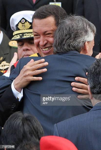 El presidente de Venezuela Hugo Chavez abraza a su homologo argentino Nestor Kirchner al recibirlo en el Panteon Nacional de Caracas en una ceremonia...