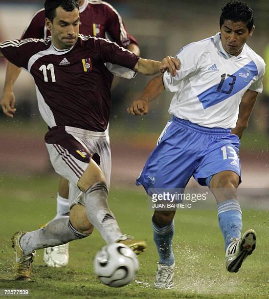 Ricardo Paez de Venezuela pelea el balon con Saul De Mata de la seleccion de Guatemala en un partido amistoso en Caracas el 15 de noviembre de 2006...