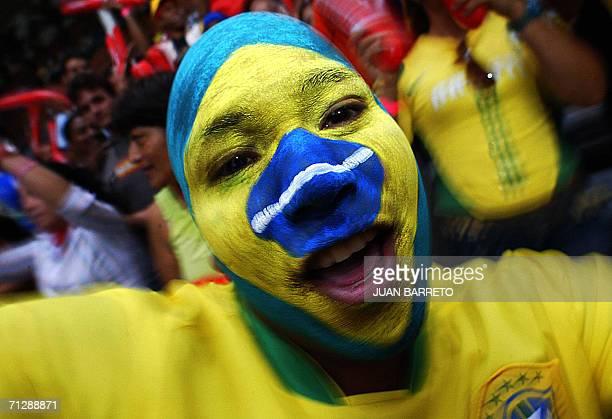 Un fanatico de la seleccion de Brasil que disputa el Mundial FIFA Alemania 2006 festeja un gol en Caracas Venezuela el 23 de junio de 2006 La...