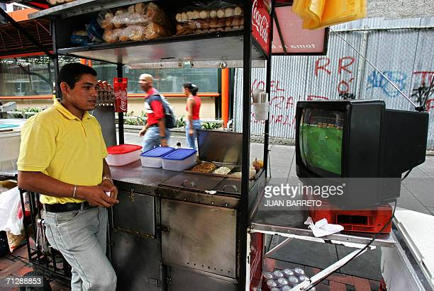 Un vendedor de comida mira por television un partido del Mundial FIFA Alemania 2006 en Caracas el 23 de junio de 2006 La celebracion del Mundial de...