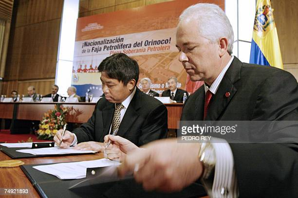 Venezuelan Minister of Energy Petroleum Rafael Ramirez and the president of Chinese SINOPEC Zhu Acheng sign an agreement 26 June 2007 in Caracas for...