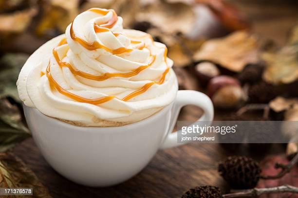 キャラメルとホイップクリーム入りのコーヒーをた秋の葉