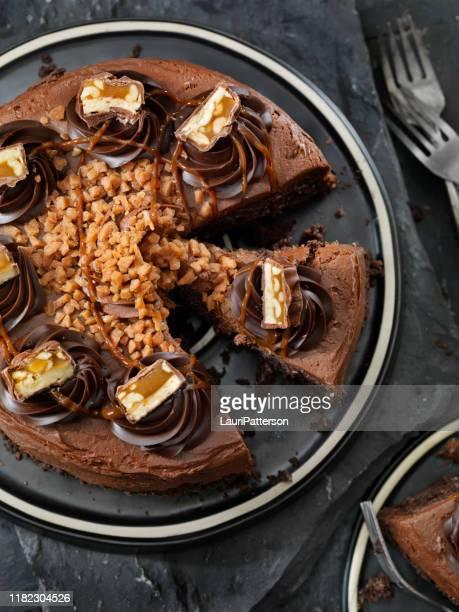 caramel, butter toffee crunch chocolate cake with candy bar pieces - caramelo de manteiga comida doce imagens e fotografias de stock
