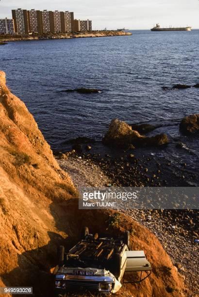 Carcasse d'une voiture accidentée au bas d'une falaise à PortdeBouc dans les BouchesduRhône France