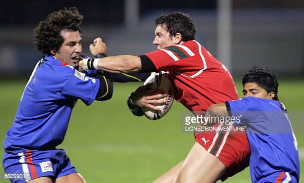 Wales's Anthony Blackwood vies with France's Julien Rinaldi and Maxime Greseque during their European Cup rugby match 05 November 2005 in Carcassonne...