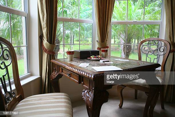 card table by bay windows - erker stockfoto's en -beelden