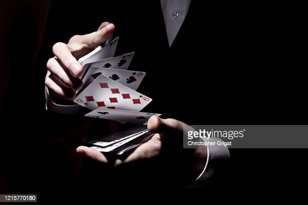 card trick - zauberer darstellender künstler stock-fotos und bilder