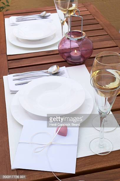 card with heart on place setting, elevated view - heidi coppock beard fotografías e imágenes de stock