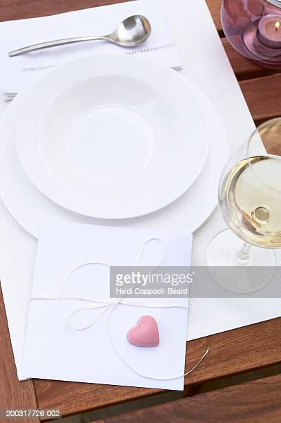 card with heart on place setting, elevated view - heidi coppock beard photos et images de collection