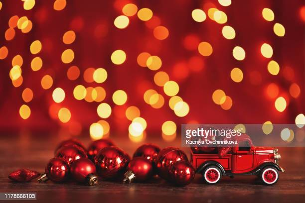 card with machine carrying gift - pere noel voiture photos et images de collection