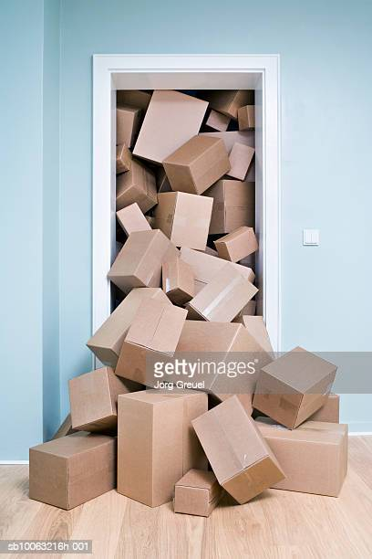 cardboard boxes coming out of doorway - grupo grande de objetos - fotografias e filmes do acervo