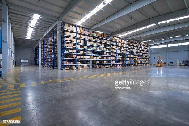 karton kartons auf den regalen im warehouse - lagerhalle stock-fotos und bilder