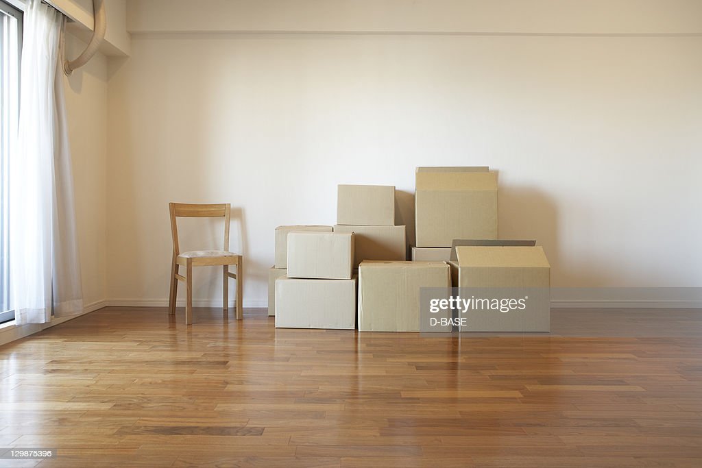 cardboard packaging in an empty apartment : Stock Photo