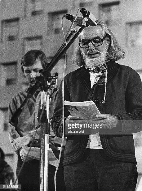 Cardenal Ernesto *Schriftsteller Geistlicher Politiker Nicaragua Portrait waehrend der Lesung aus dem Gedichtband 'Salmos' 1980