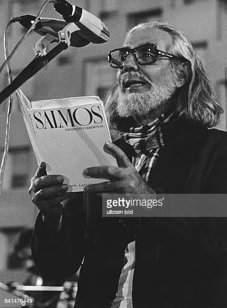 Cardenal Ernesto *Schriftsteller Geistlicher Politiker Nicaragua Lesung aus dem Gedichtband 'Salmos' 1980