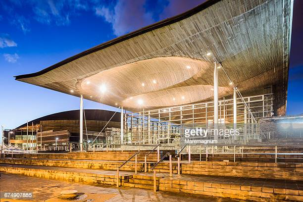 cardiff bay, the exterior of the senedd - cardiff galles foto e immagini stock