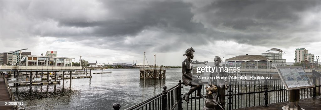 Cardiff Bay, view of the bay with People Like Us sculpture (sculptor John Clinch) : Stock Photo