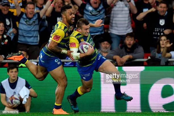 Cardiff Blues' Welsh centre Garyn Smith scores a try assisted by Cardiff Blues' New Zealander centre Willis Halaholo during the 2018 European...